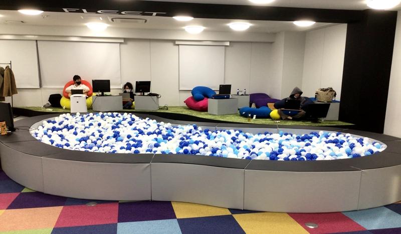 オフィス内ボールプール・ウレタン製スツール導入事例のサムネイル